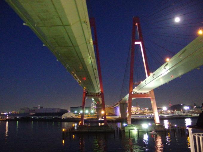 太平洋フェリーきそ名古屋港を離れ名港西大橋の下をくぐる