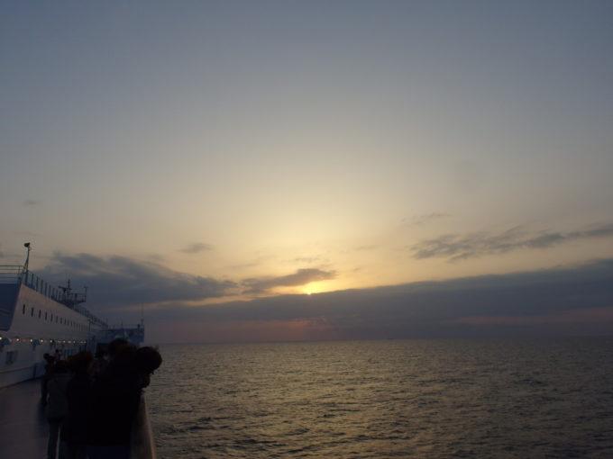 太平洋フェリーきそ千葉沖で迎える黄金色の御来光
