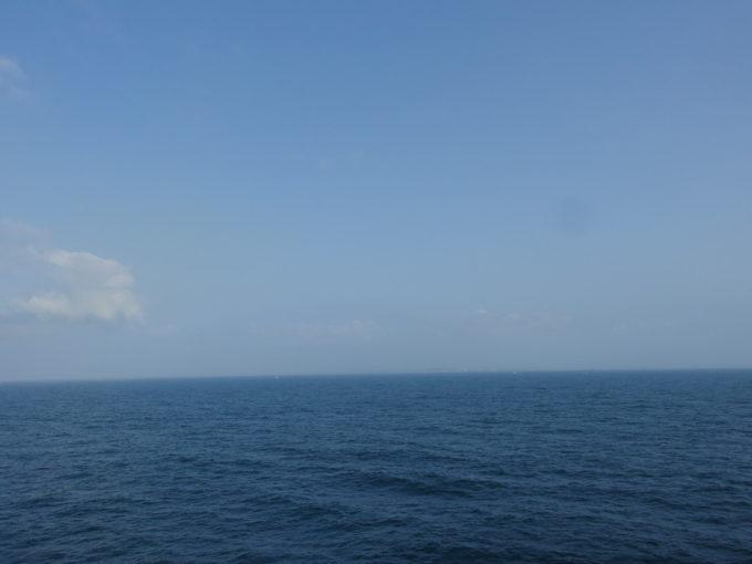太平洋フェリーきそ船上から眺める千葉の影と小さな漁船