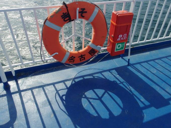 輝く太平洋に映えるきその救命浮き輪