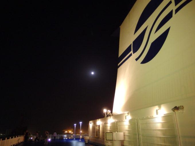 仙台の夜空に映える太平洋フェリーきその巨大なファンネル
