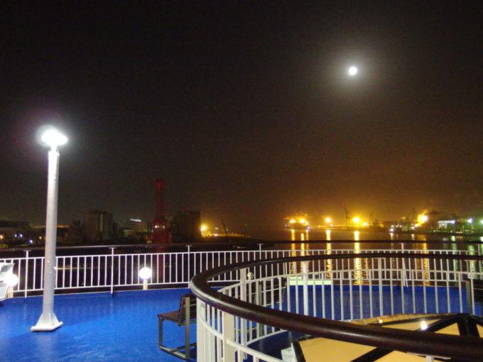 太平洋フェリーきそ広々としたデッキから眺める夜霧の仙台港