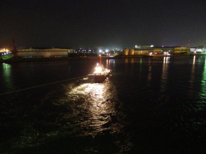 太平洋フェリーきそ大型船を転回させる仙台港のタグボート