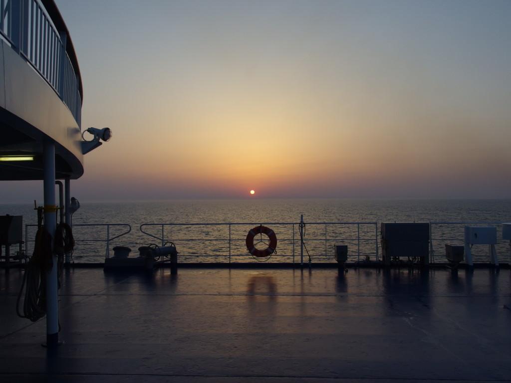 太平洋フェリーきそ青森沖で迎える御来光