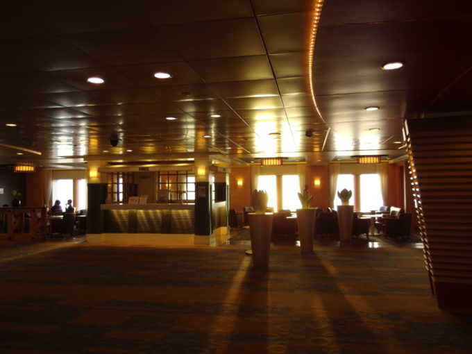 眩い朝日に溢れる太平洋フェリーきその船内
