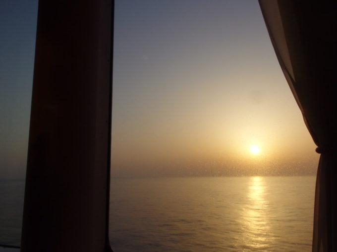 太平洋フェリーきそソファーに腰掛けゆったりと眺める朝日