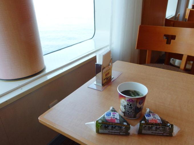 太平洋フェリーきそイオン多賀城店で買ったおにぎりと味噌汁で朝食を