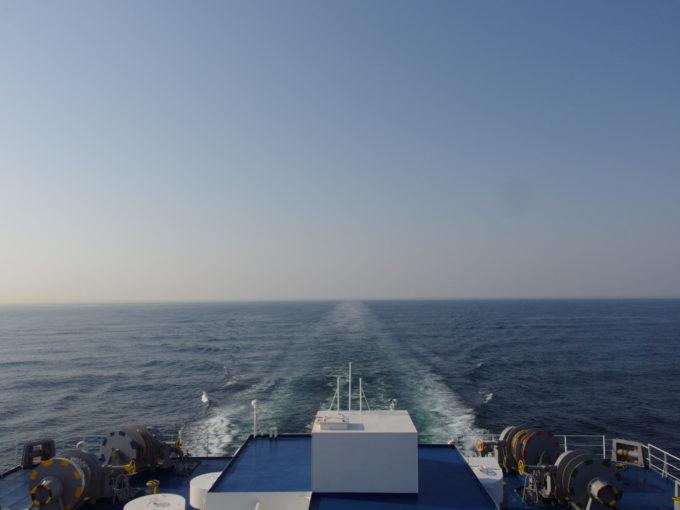 太平洋フェリーきそ穏やかな海にのびる航跡