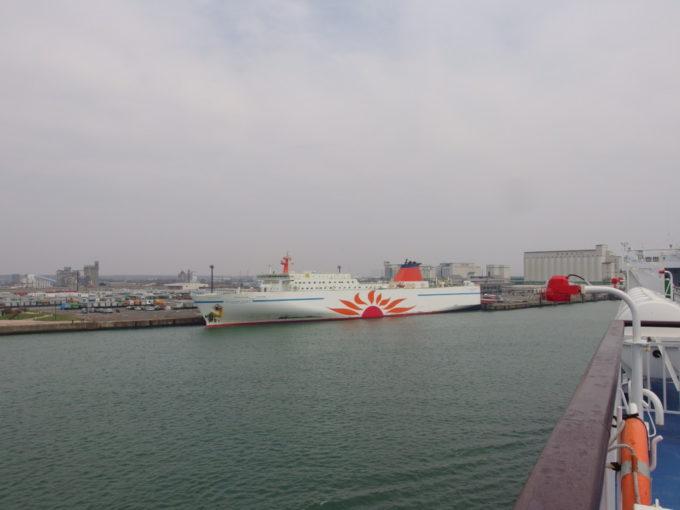 太平洋フェリーきそ商船三井さんふらわあだいせつの横を通りまもなく苫小牧港接岸