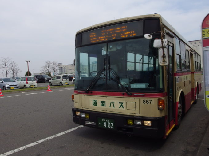 苫小牧市営バス塗装の道南バス