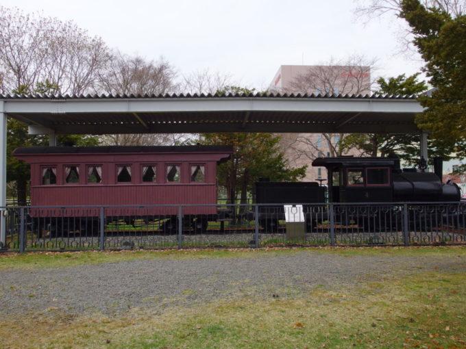苫小牧に残る王子製紙軽便鉄道の小さな機関車と客車貴賓車