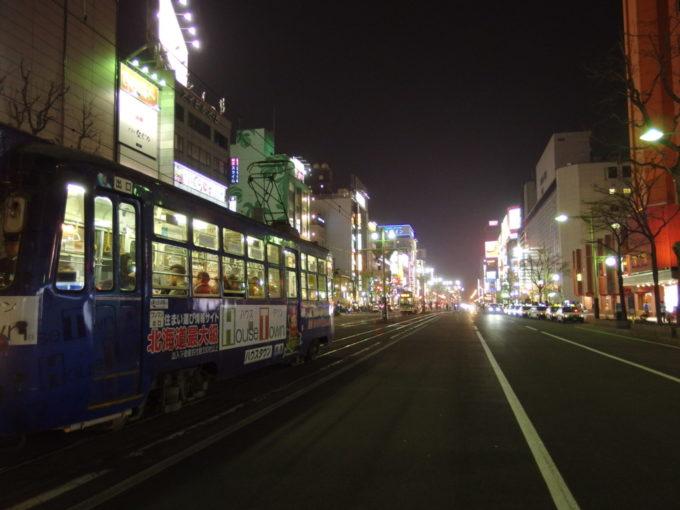 ほろ酔い加減で歩くすすきのの輝きと札幌市電