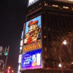 札幌すすきの夜に輝くひげのおじさん