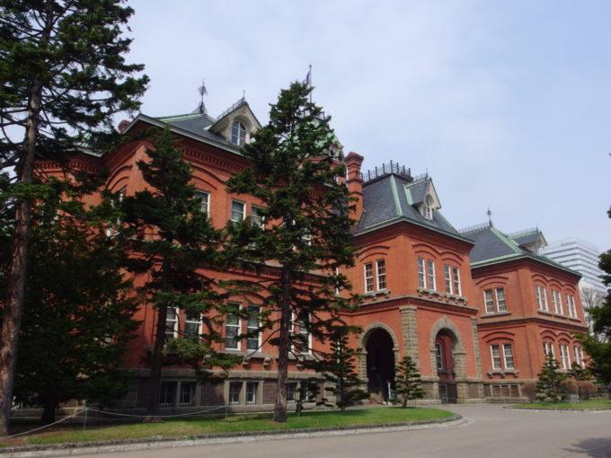 春空に映える赤れんが庁舎