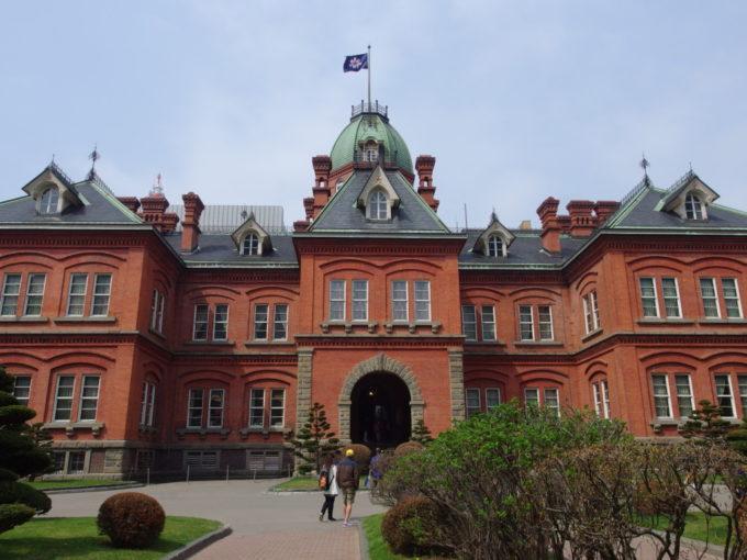北海道旗たなびく赤れんが庁舎とそこに光る赤い五稜星
