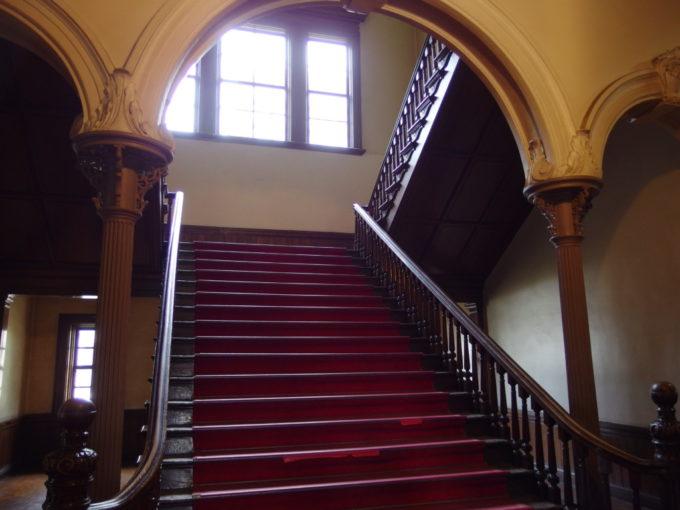 北海道庁赤れんが庁舎美しいアーチに彩られた大階段
