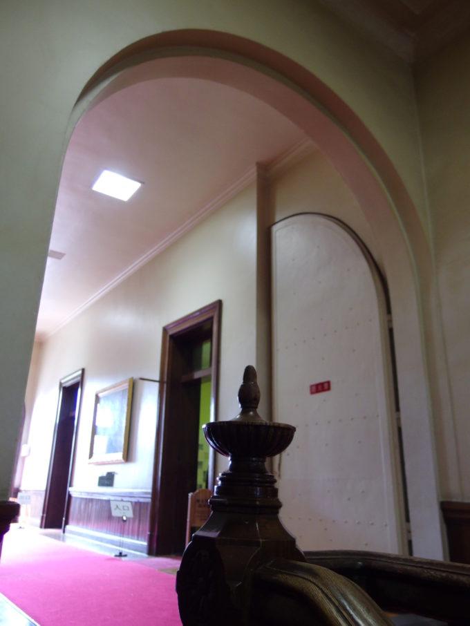 いくつものアーチに彩られる重厚な赤れんが庁舎内