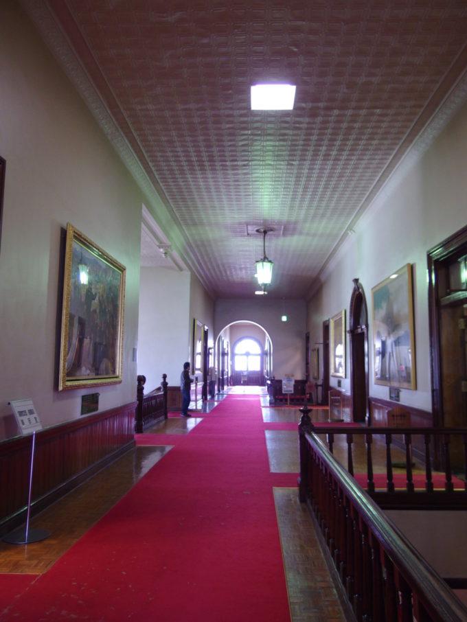 朝日に照らされ荘厳な雰囲気に包まれる北海道庁赤れんが庁舎内