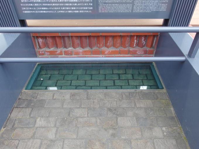 北海道庁赤れんが庁舎前に展示された札幌初の木塊舗装路