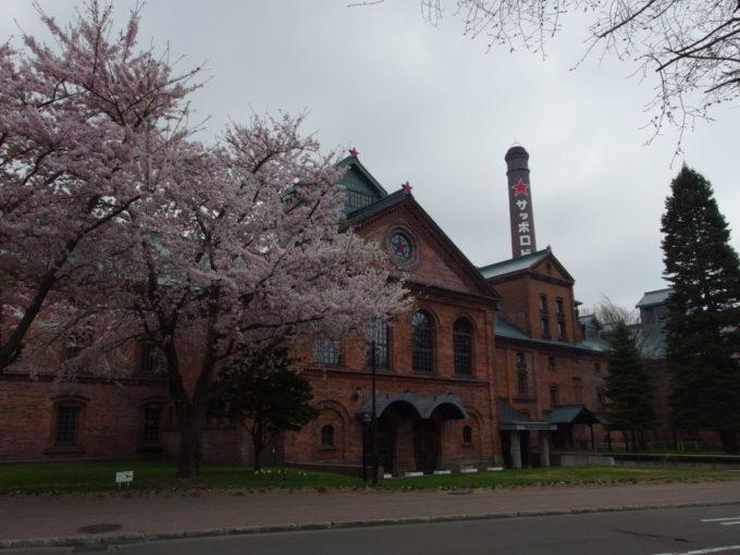 サッポロビール園開拓使館を彩る満開の桜