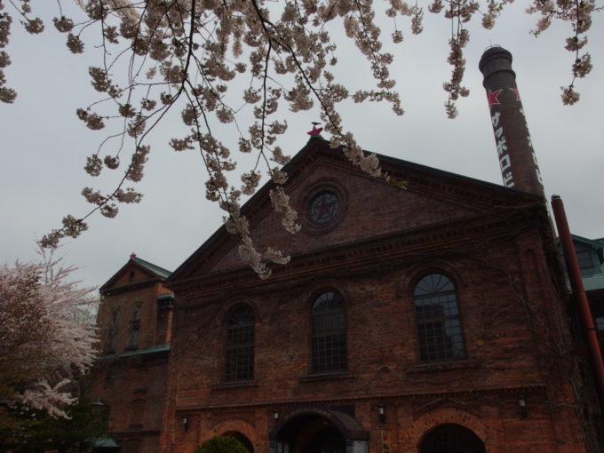 重厚な煉瓦造の開拓使館にきらめくステンドグラスの五稜星