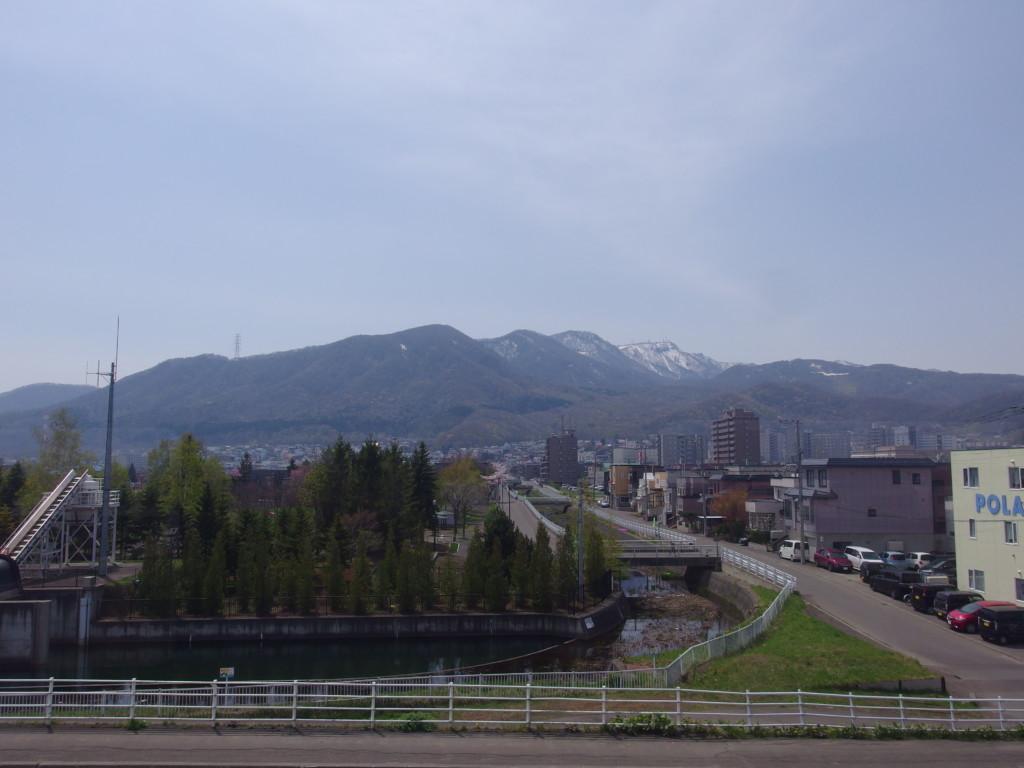 函館本線車窓から眺める残雪の手稲山