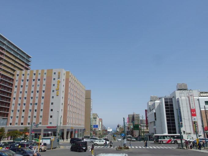 小樽駅前からのびる中央通りとその先に見える海と船