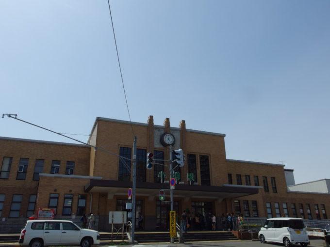 歴史を匂わせる昭和モダンの小樽駅舎