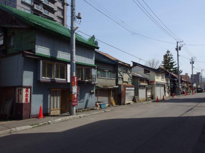 小樽の路地に残る古い建物