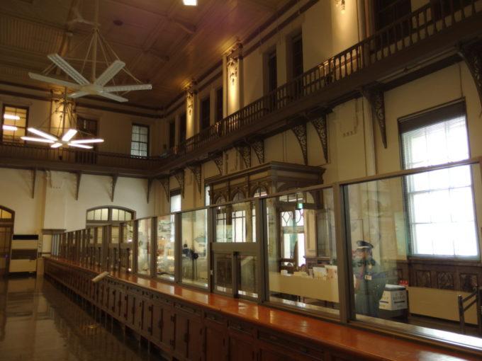 日本銀行旧小樽支店金融資料館カウンター内部で銀行員の気分を味わう