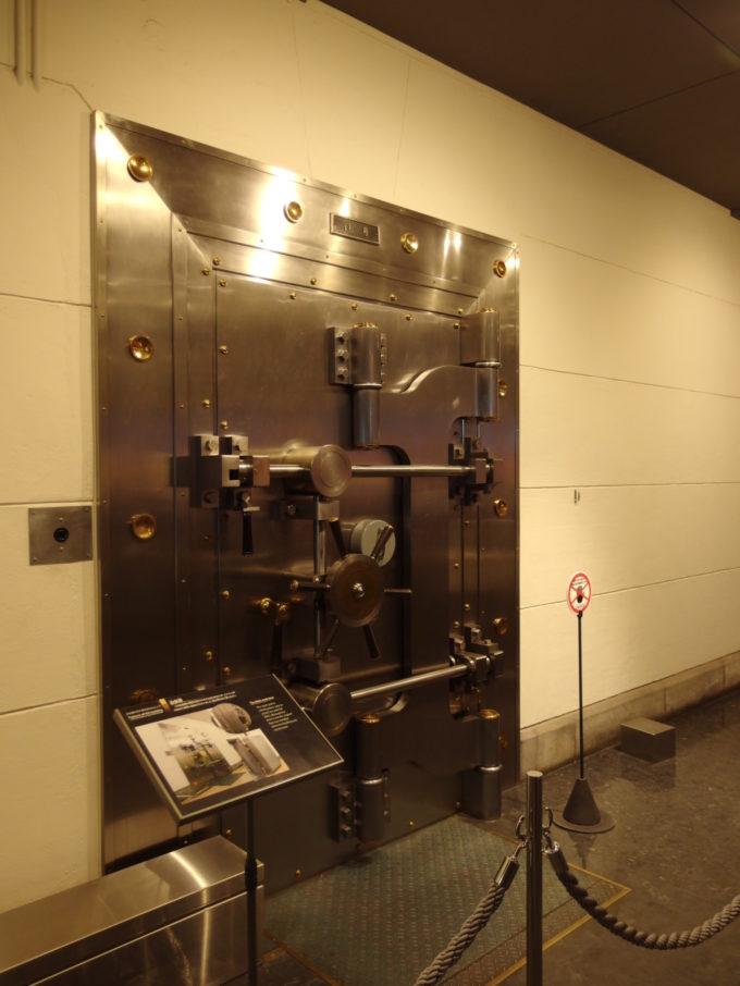 日本銀行旧小樽支店金融資料館見るからに頑丈で重厚な金庫扉