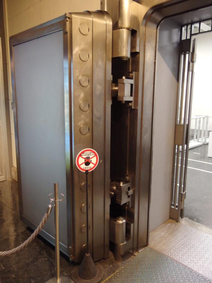 日本銀行旧小樽支店金融資料館分厚く頑丈な金庫扉
