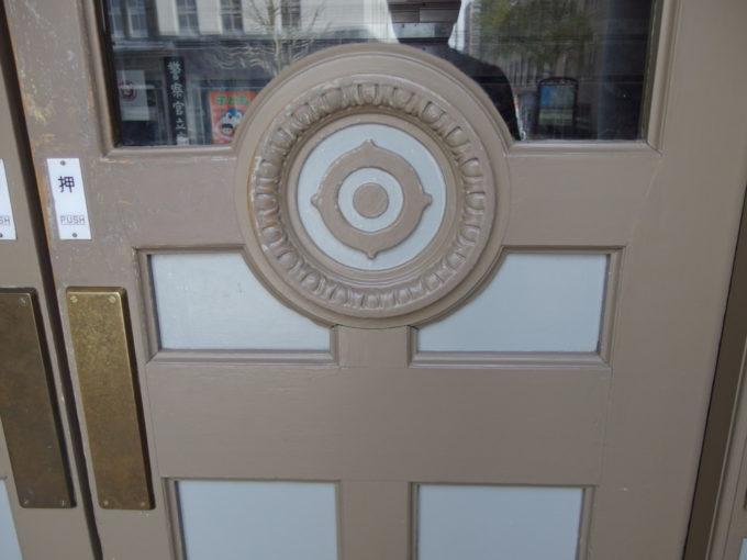 日本銀行旧小樽支店金融資料館入口のドアに残る日銀マークの彫刻