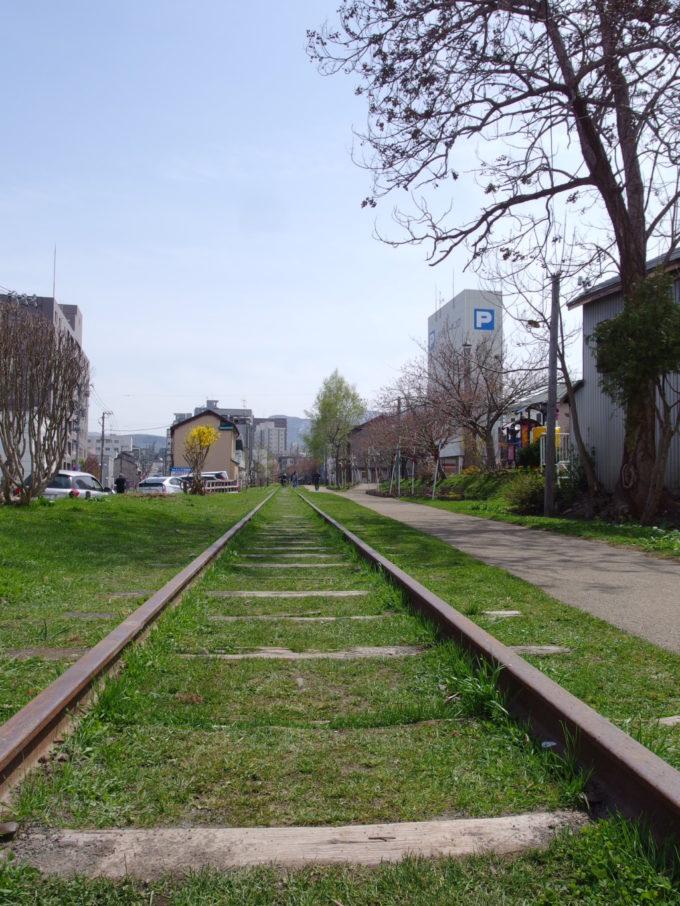 ゴールデンウィークの晴れ空の下、旧国鉄手宮線廃線跡をのんびり歩く