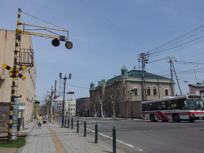 旧国鉄手宮線廃線跡残された踏切警報器と日本銀行旧小樽支店