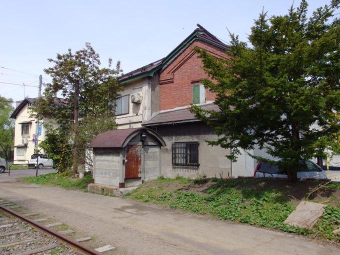 国鉄旧手宮線廃線跡に残る鉄道関連施設と思われる小屋