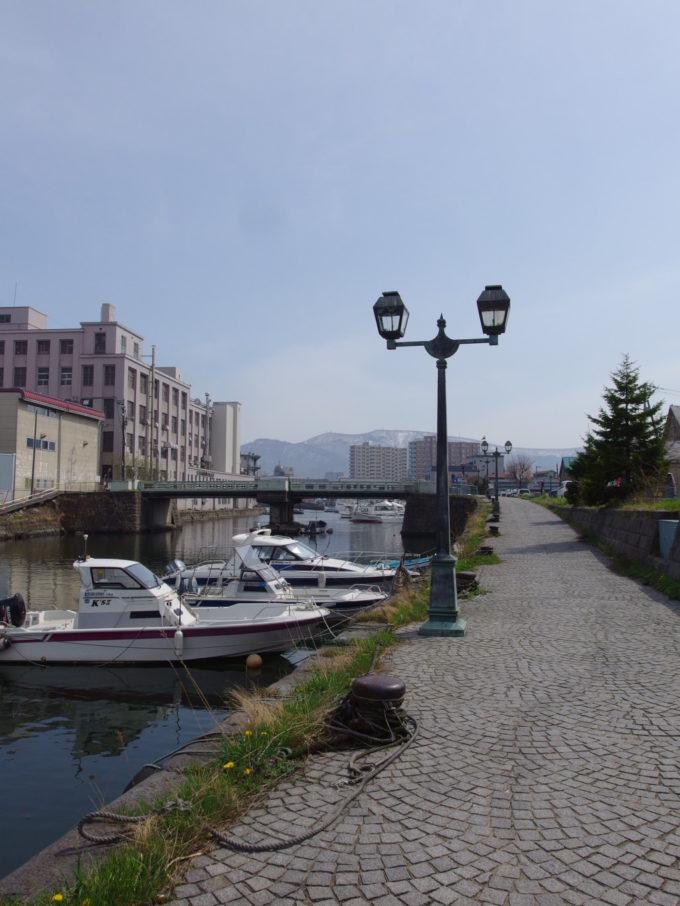 観光客の姿もまばらな穏やかな雰囲気に包まれる小樽北運河