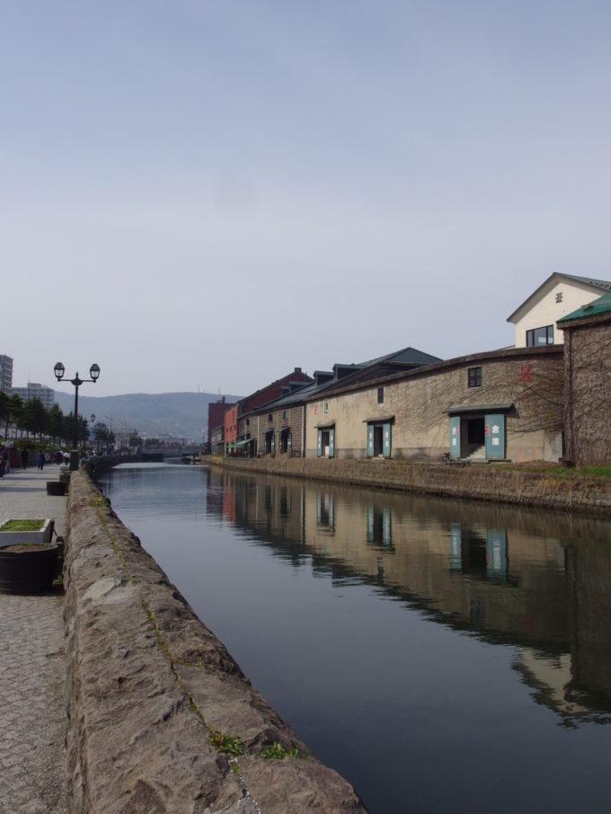 ゴールデンウィークの青空の下輝く小樽運河