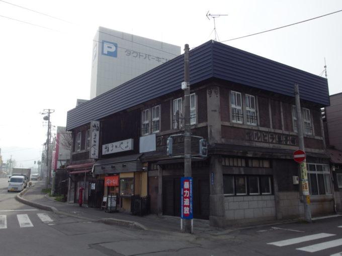小樽寿司屋通りに建つ渋い建物マルヒラ菓子舗