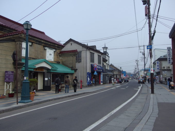 観光客で賑わうゴールデンウィークの小樽堺町通り商店街