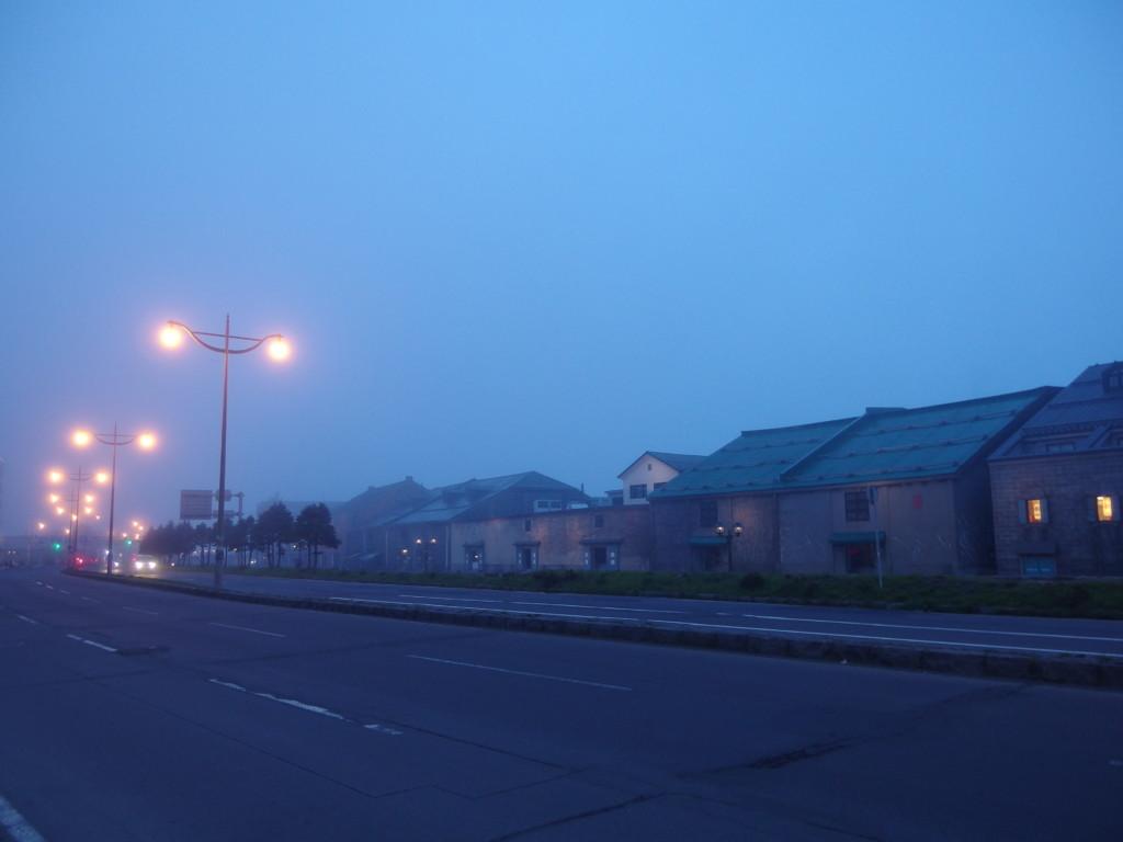 霧に包まれ暮れゆく小樽運河