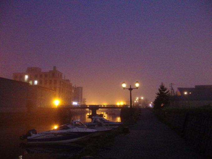 夜霧にガス灯が輝く夜の小樽運河