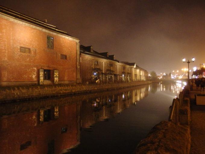 昼とは全く違う表情を見せる夜霧漂う小樽運河