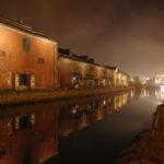 夜霧にけむる小樽運河と倉庫群