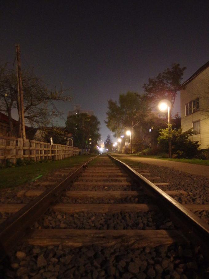 外灯に鈍く輝く夜の旧国鉄手宮線廃線跡
