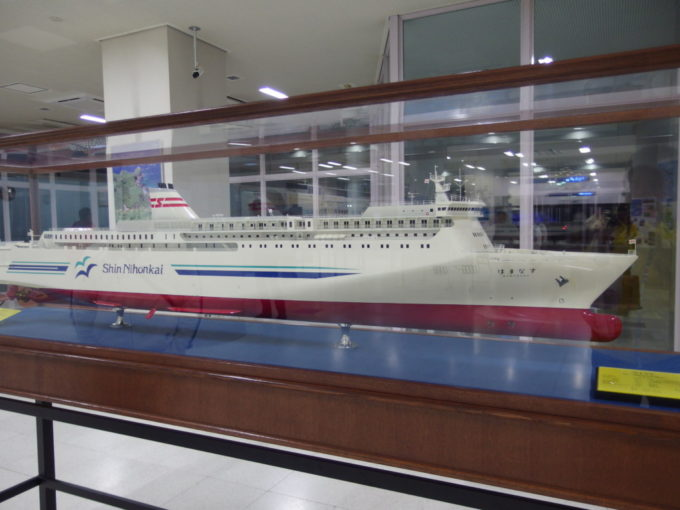 小樽フェリーターミナルに飾られた新日本海フェリーはまなすの巨大模型