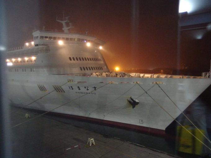 小樽フェリーターミナルボーディングブリッジから眺める新日本海フェリーはまなすの船首
