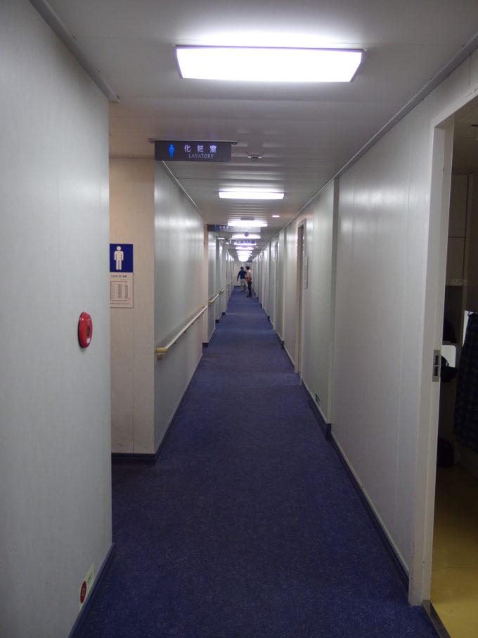 新日本海フェリーはまなすツーリストA(寝台)へと向かう廊下