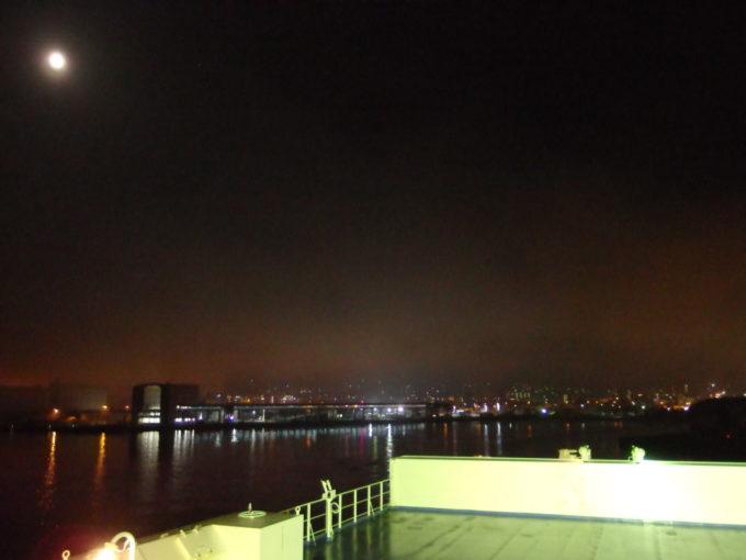 新日本海フェリーはまなすオープンデッキから眺める夜霧に包まれた小樽の夜景
