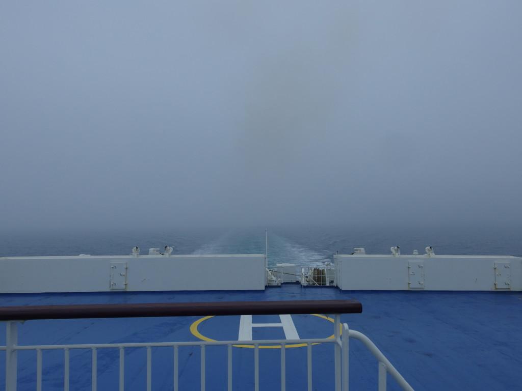 新日本海フェリーはまなす日本海のどまんなかで迎える曇天の朝